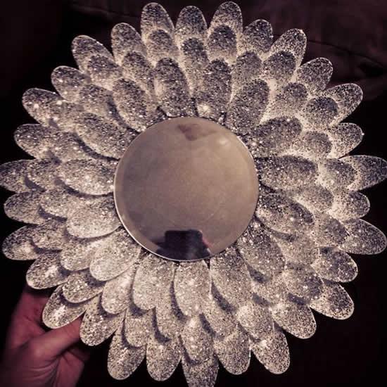Linda decoração com colheres para espelho