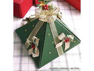 Caixa de papel estilo pirâmide para o Natal