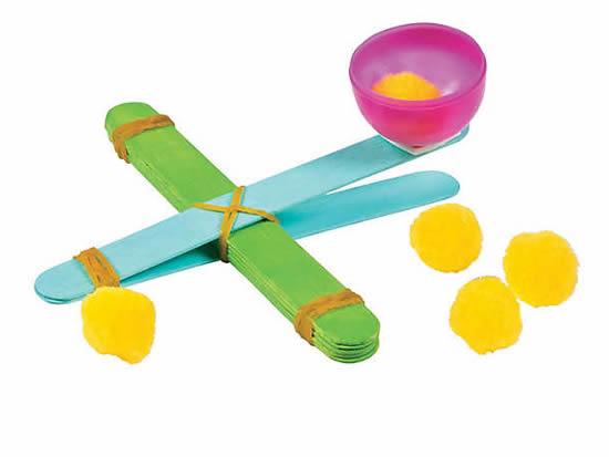 Catapulta de brinquedo com palitos de picolé