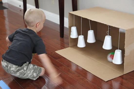 Brincadeira com caixa de papelão e copos descartáveis