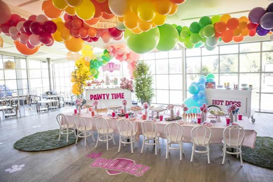 Decoração para o Dia das Crianças com bolas de festa