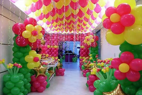 Decoração com balões em forma de flores