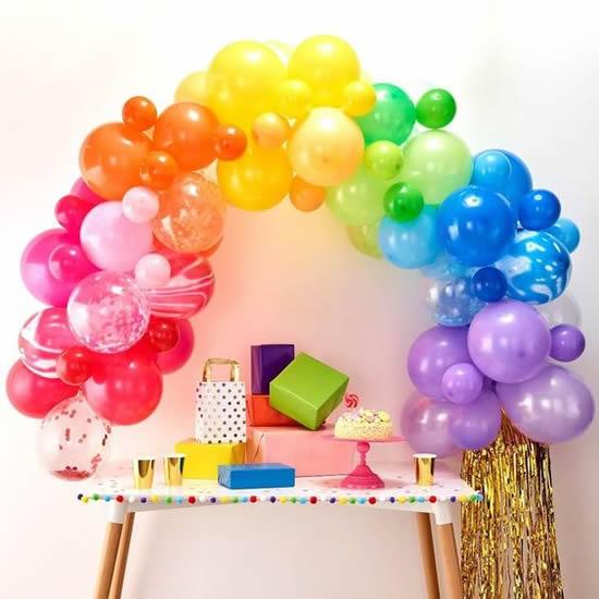 Decoração com arco-íris com balões